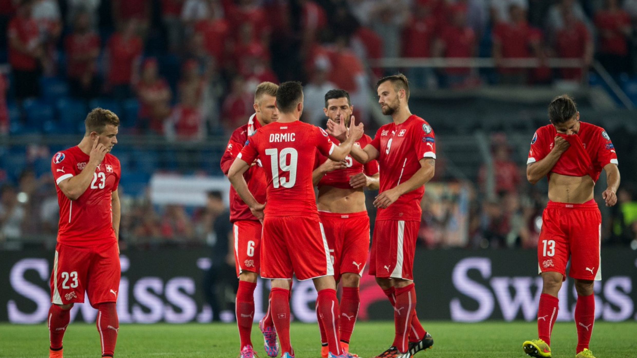 Swiss forward Xherdan Shaqiri, right, and his team after the UEFA EURO 2016 qualifying match Switzerland against England at the St. Jakob-Park stadium in Basel, Switzerland, Monday, September 8, 2014. (KEYSTONE/Ennio Leanza)