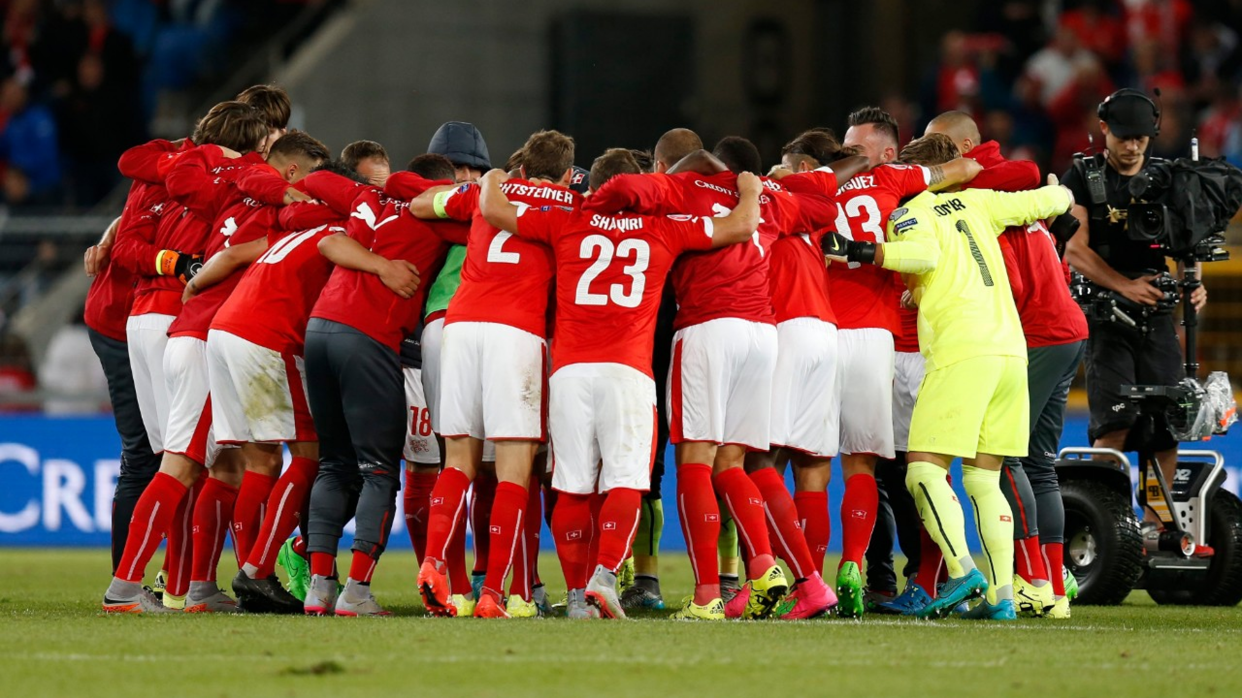 epa04915733 Switzerland's players celebrate their victory after the UEFA EURO 2016 qualifying soccer match between Switzerland and Slovenia at the St. Jakob-Park stadium in Basel, Switzerland, Saturday, September 5, 2015.  EPA/PETER KLAUNZER